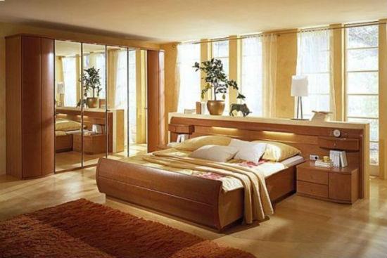 Медовые оттенки коричневого цвета в интерьере монохромной спальни