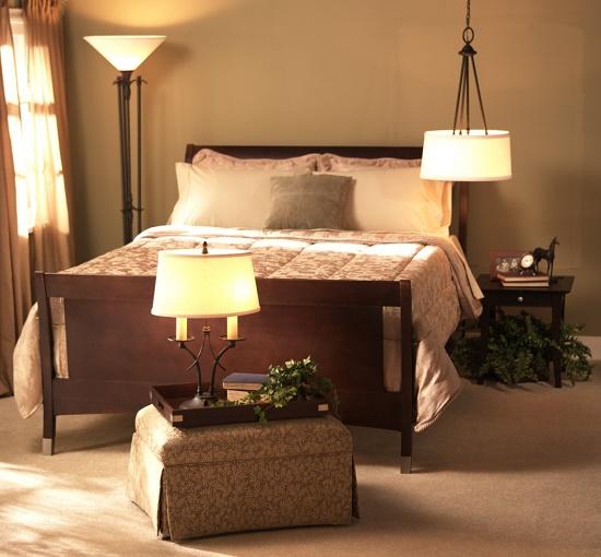 Невысокий прикроватный пуфик в спальне