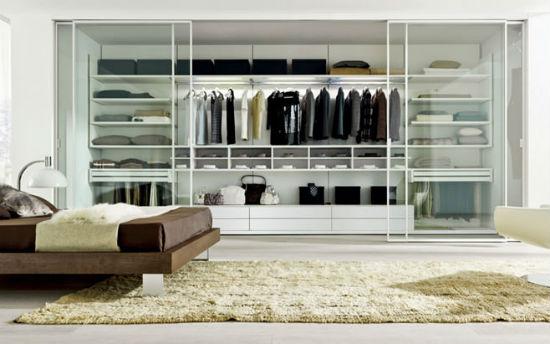 Большая гардеробная с прозрачными раздвижными створками в спальне