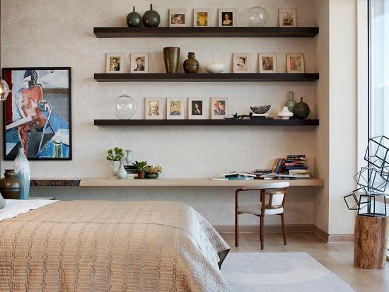 Подвесные полки простой конструкции в спальне
