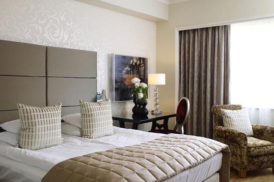 Расположение кровати у длинной стены в спальне