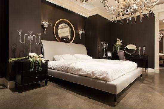 Темно-коричневые стены и светлый пол в спальне