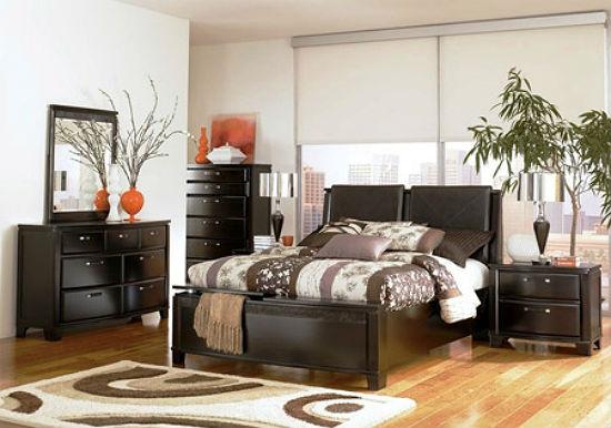Светлая отделка стен спальни в сочетании с мебелью цвета шоколада