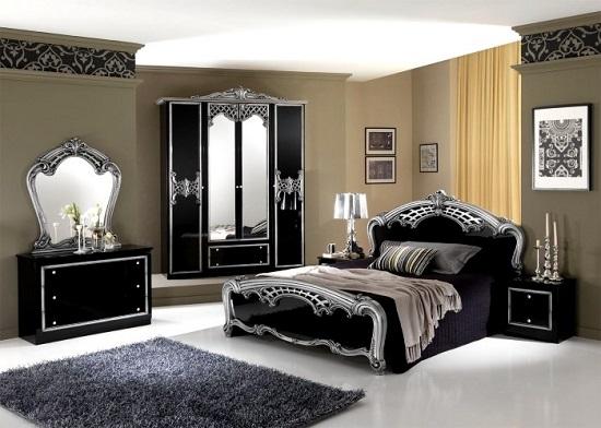 Установка в классической спальне черной мебели с серебряной отделкой