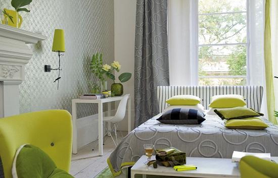 Комбинирование оттенков серого и зеленого цвета в создании интерьера спальни