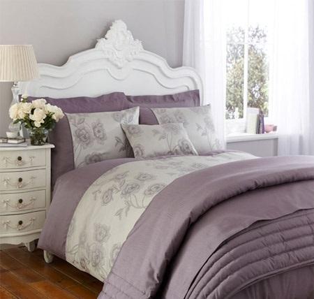 Серая спальня с белой мебелью и сиреневым текстилем