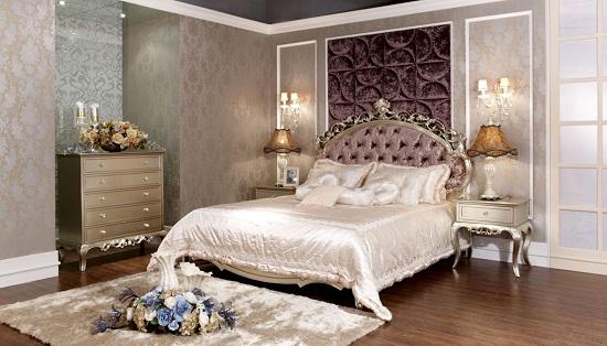 Классическая спальня с перламутровыми обоями и с тканевой панелью