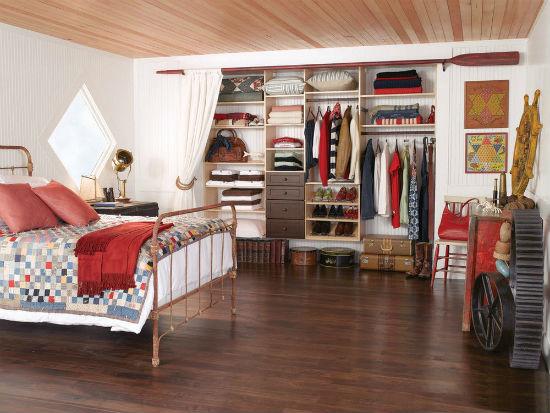 Использование шторы вместо дверей в гардеробную в интерьере спальни