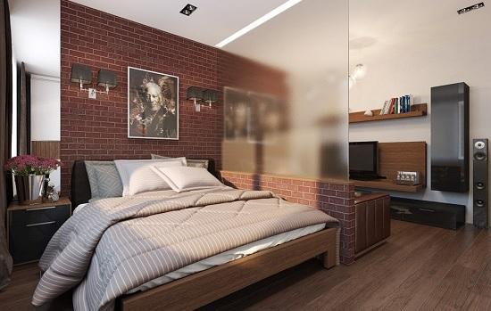 Установка стеклянной перегородки на кирпичном парапете в спальне гостиной