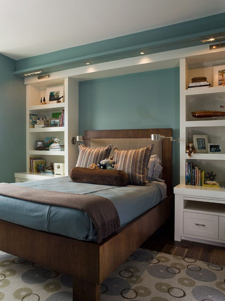 Расположение стеллажей буквой «П» с полками в спальне