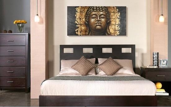 Картина с буддой в этническом интерьере спальни