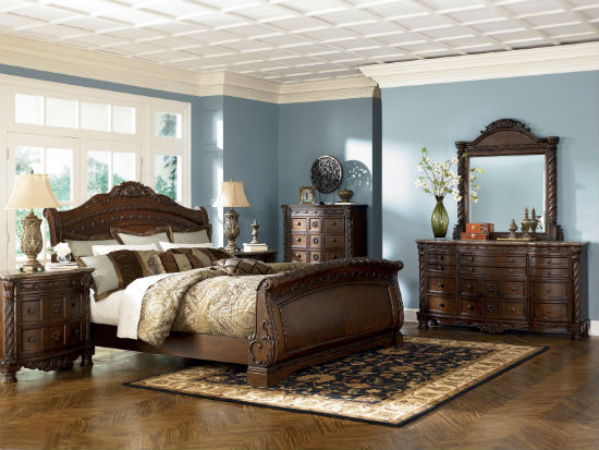 Удачное сочетание коричневого и голубого цвета в интерьере спальни