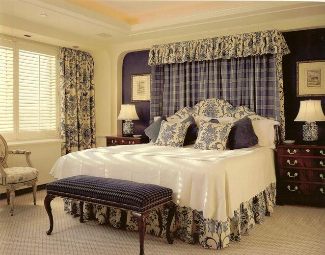 Шторы на окне спальни и текстиль с единым орнаментом