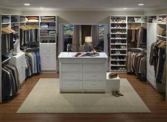 Обустройство гардеробной в спальне с островным комодом для хранения