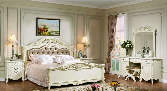 Трюмо с зеркалом в спальне классического стиля