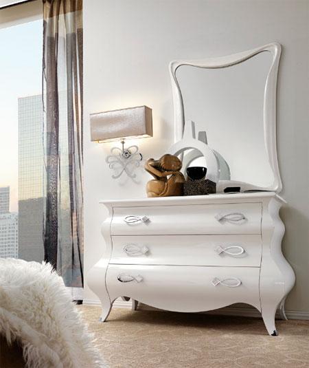 Фигурная белая тумбочка-трюмо с зеркалом в спальне
