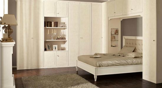 Угловая гардеробная со встроенной кроватью в спальне