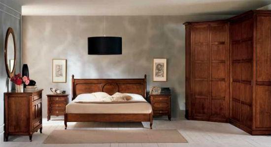 Небольшой угловой шкаф в качестве гардеробной в спальне
