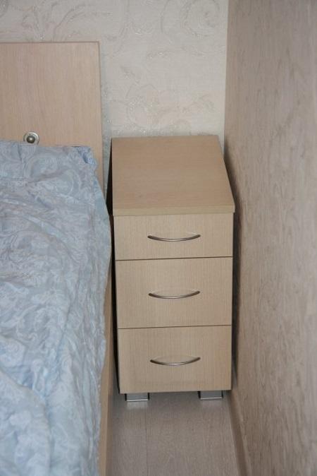 Узкая прикроватная тумбочка для маленькой спальни