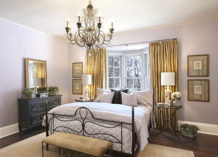 Установка кровати изголовьем к эркерным окнам в спальне