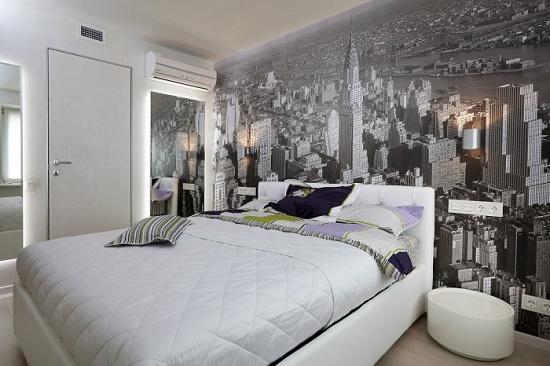 Отделка стены спальни у кровати фотообоями с изображением города