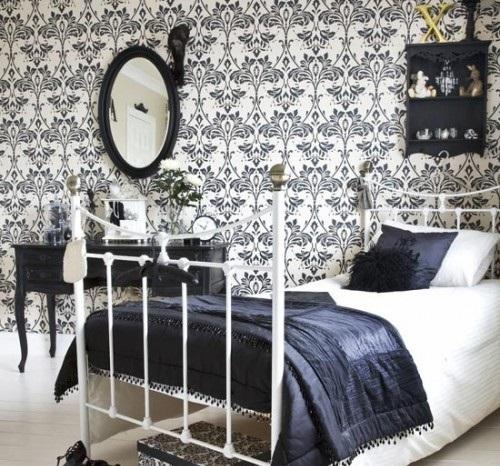 Контрастные черно-белые обои с орнаментом в интерьере спальни