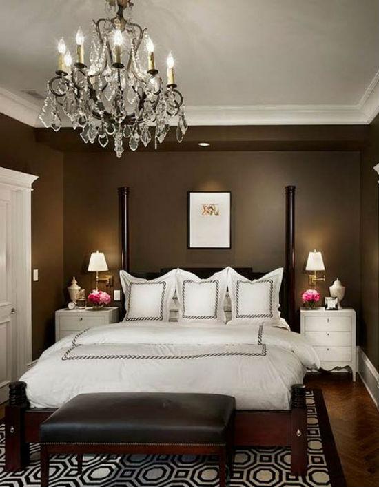 Комбинирование шоколадного и белого цвета в оформлении спальни