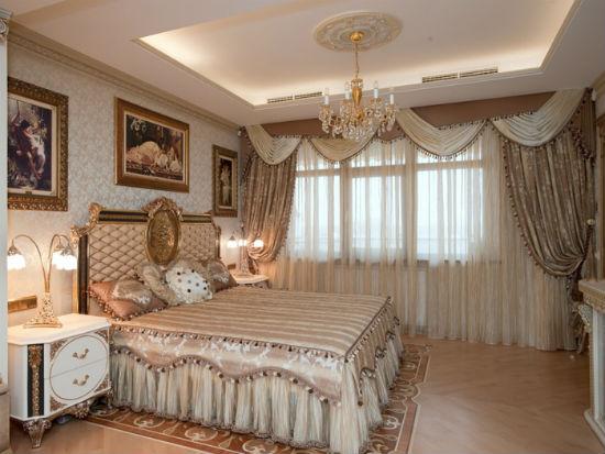 Коричневые шторы для декорирования классической бежевой спальни