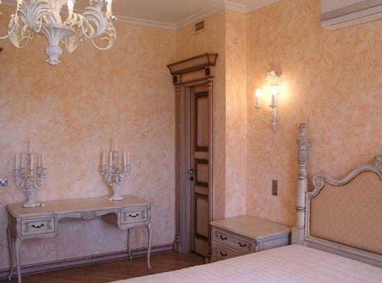 Декоративная штукатурка в отделке стен классической спальни