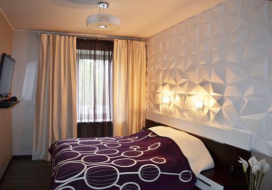Белые 3d панели в отделке стены спальни