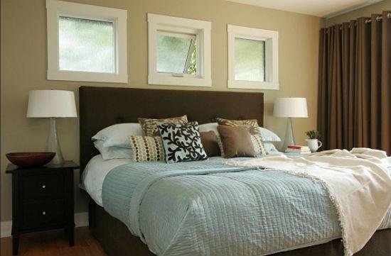 Пример декорирования трех маленьких окон в спальне