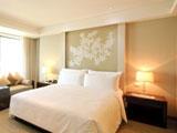 Белая спальня с расположением кровати по фэн шуй