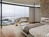 Панорамное остекление большого окна в спальне