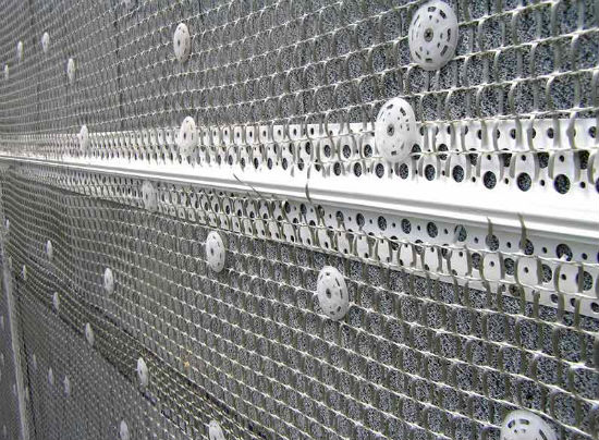 Установка армирующей сетки перед нанесением цементной штукатурки