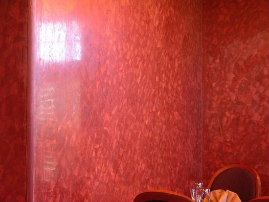 Гладкая поверхность стен после нанесения венецианской штукатурки