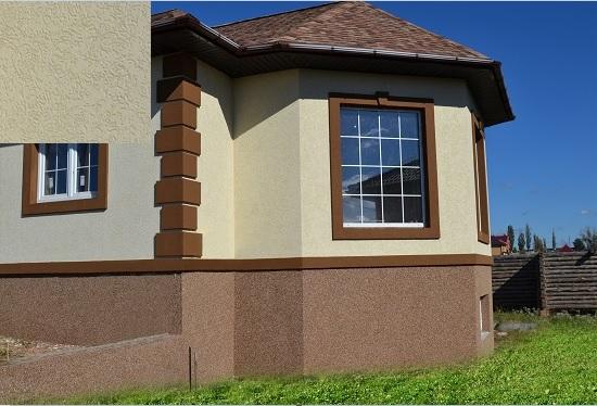 Дом с внешней отделкой стен штукатуркой короед