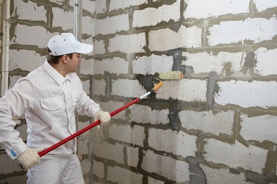 Грунтовка поверхности перед нанесением гипсовой штукатурки на стены