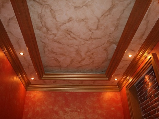Декоративная штукатурка с фактурой мрамора на потолке