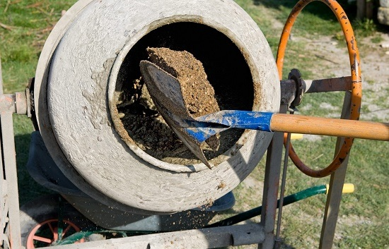 Замешивание штукатурной смеси в бетономешалке