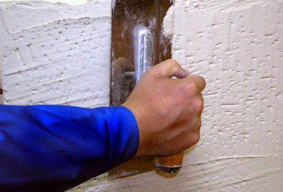 Нанесение известково-гипсовой штукатурки на стену