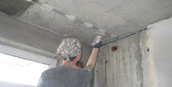 Монтаж маяков на потолок перед нанесением гипсовой штукатурки