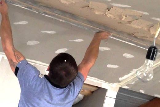 Монтаж маяков перед нанесением штукатурки на потолок