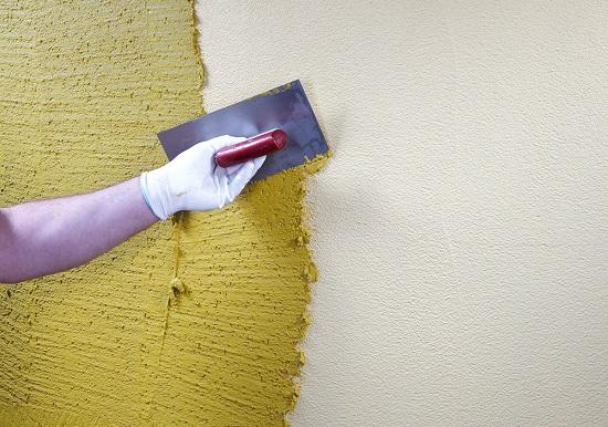 Нанесение камешковой штукатурки на стены дома