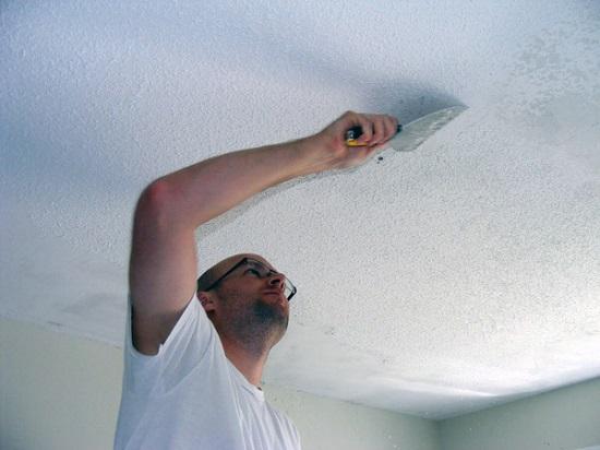 Зачистка потолка перед нанесением штукатурки