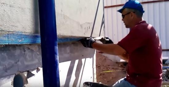 Подгиб нижнего края сетки перед нанесением штукатурки