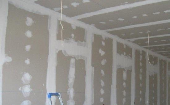 Подготовленные стены и потолок из гипсокартона к нанесению штукатурки