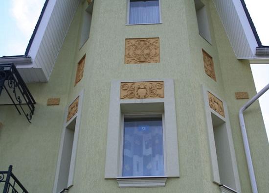 Лепнина и силикатная штукатурка в отделке фасада дома