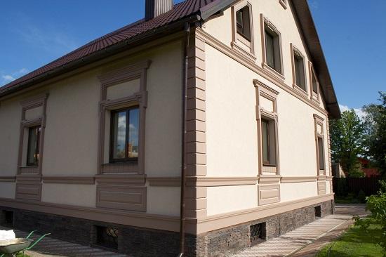 Отделка фасада дома штукатуркой на основе цементной смеси