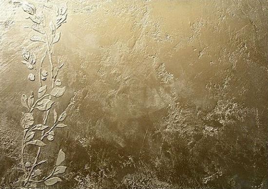 Рисунок по трафарету на стене с отделкой венецианской штукатуркой