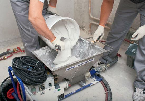 Закладка смеси в устройство для нанесения штукатурки на стены